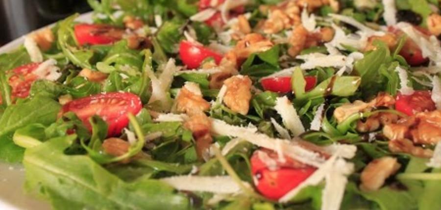 Ensalada verde con palitos de parmesano