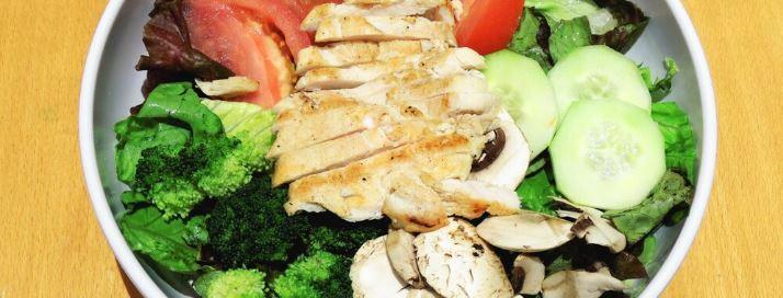 Ensalada de lechuga, pollo y champiñones
