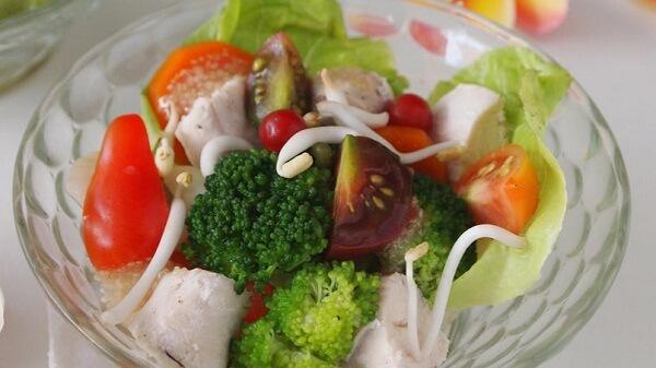 Salpicón de pollo y kiwicha